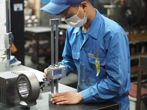 油圧シリンダーの異形部品加工を行なう機械エンジニア