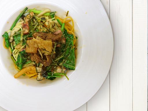 培根和菠菜的日式面食