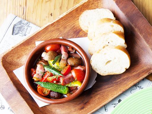 熏肉和五颜六色的蔬菜的Ahijo