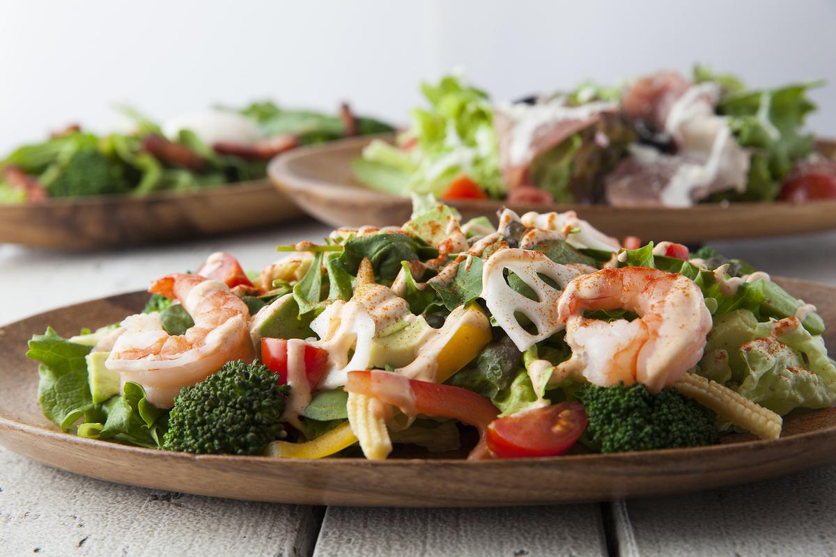 虾和五颜六色的蔬菜的色拉柯布