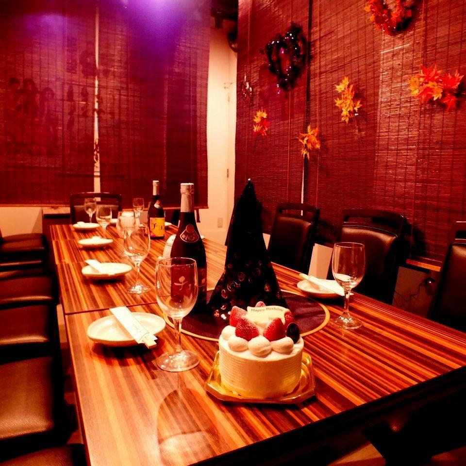 地下のお席はカーテンの仕切りがついているので、女子会や合コンにもぴったり♪2~8名様でのご利用が可能ですサムギョプサルも韓国料理も欲張りに召し上がって下さい♪