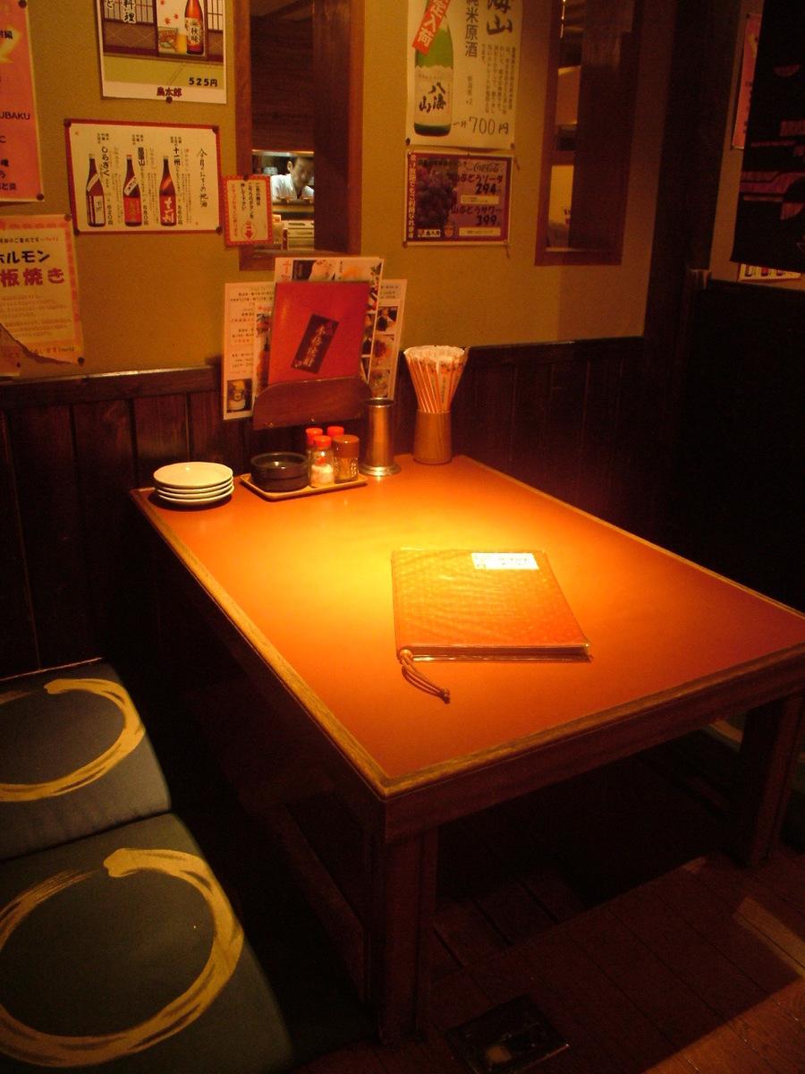 3~4名でくつろげるテーブル席や掘りごたつも充実。仕事の帰りに一杯よっていきませんか?