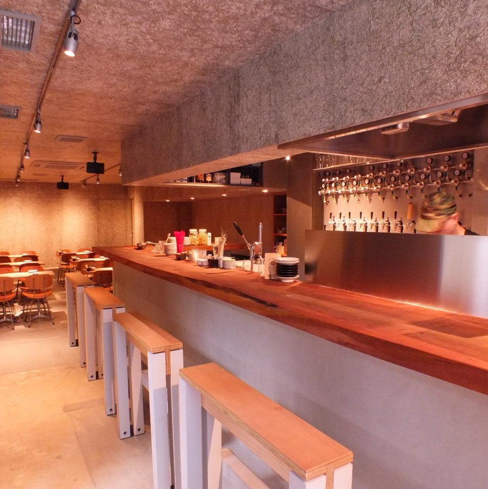 お店は、思わず足を踏み入れたくなるようなスタイリッシュな内装でとってもオシャレ♪それもそのはず、内装は大阪を代表するクリエイティブ集団「graf」がプロデュース!