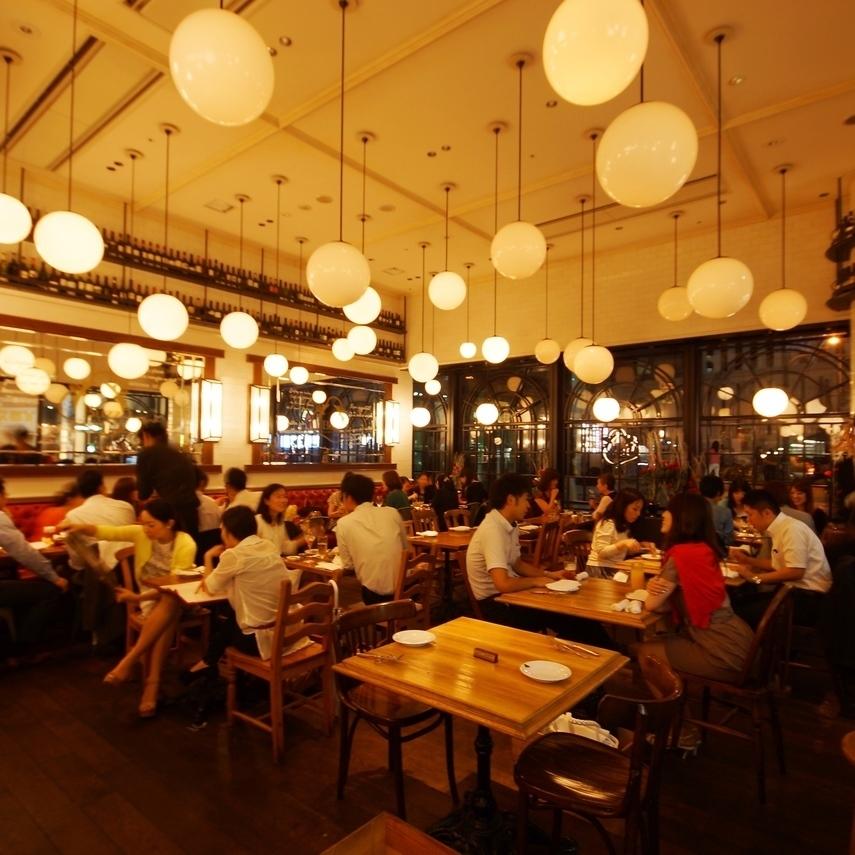 店内は、お好みのワインやビールを片手に、お料理とおしゃべりを楽しんでいる方々でいっぱい!!