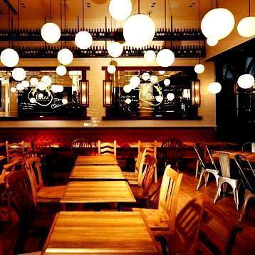 丸い照明が印象的な店内は、木調の落ち着いた空間。貸切は40名様~着席なら50名様、立食なら80名様まで!お近くの企業様のパーティーに◎
