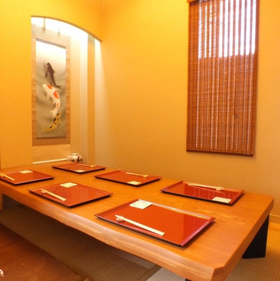 ゆったり座れるお座敷をご用意。接待や法事など幅広い用途でご利用して頂くことができます。趣ある和の個室で、心行くまで食事を楽しんでください。
