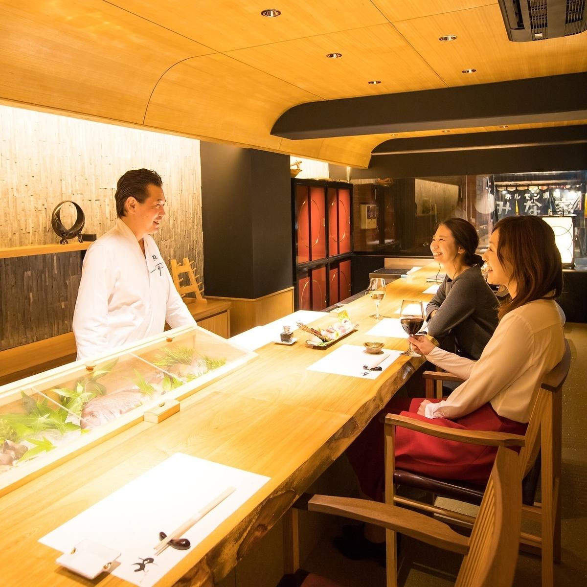カウンターもゆったり座れて隣を気にしない。目の前で板前さんが捌く鮮魚を日本酒と一緒に嗜む。