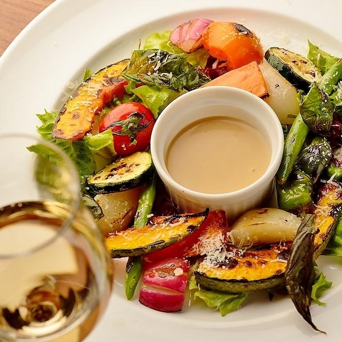 丰富多彩的烤蔬菜的沙拉园艺