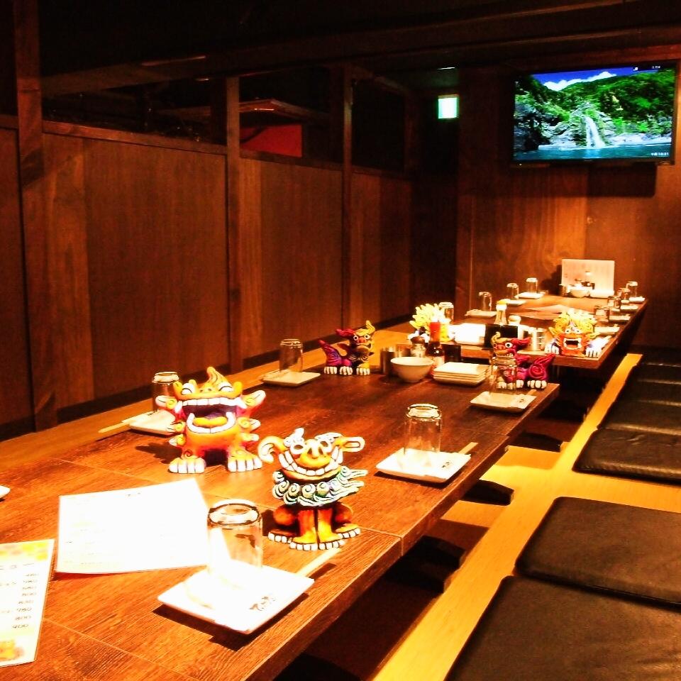 掘り炬燵式個室で、沖縄リゾート気分を満喫!!みんなでワイワイ楽しもう☆コースの飲み放題は2時間からゆったり3時間までご用意!沖縄料理を存分にお楽しみください!ご宴会は2~70名様までOK!もちろん個室空間完備しております!ご予算にあわせてコースも各種ご用意!お気軽にお問い合わせください!