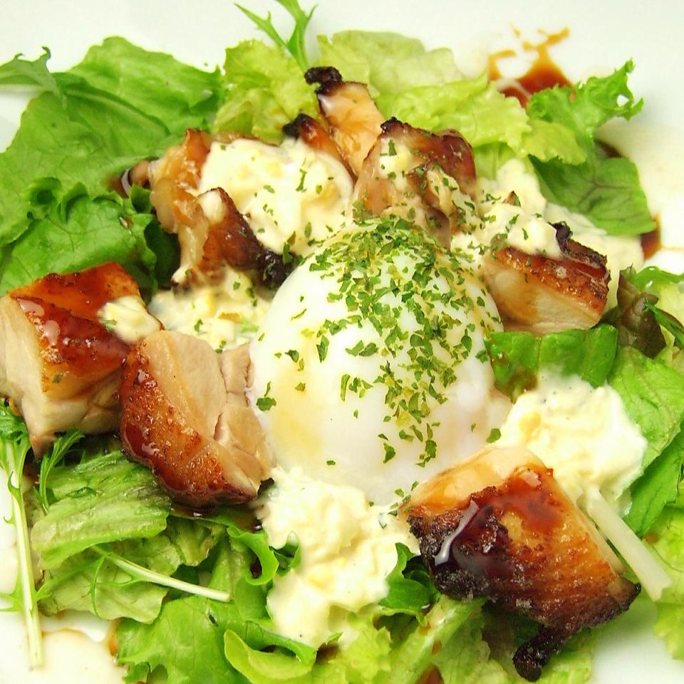 てりやきチキンと温泉卵のタルタルサラダ