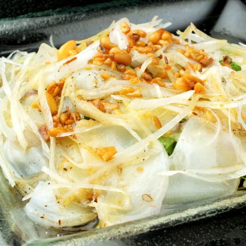 在章魚和水菜沙拉脆脆的堅果築地直