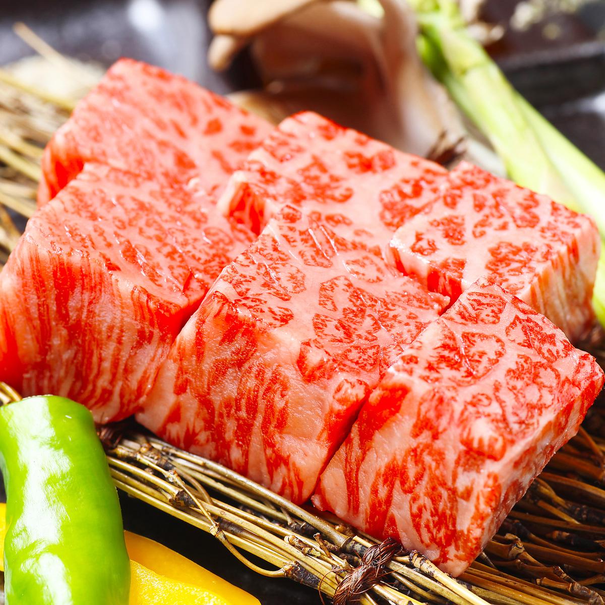 北海道産の極上A5ランクの黒毛和牛を賽の目に切り出しした厚切り焼肉を堪能