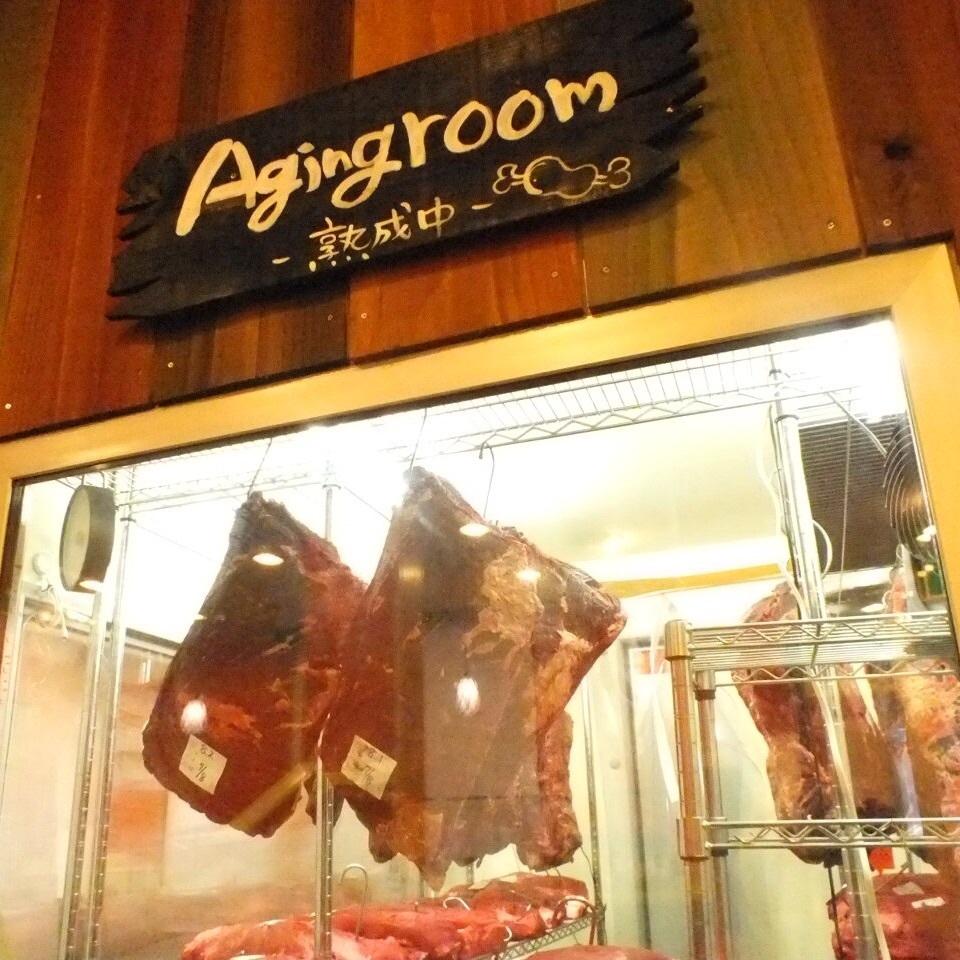 入り口を開けてすぐ目の前に、熟成肉専用の熟成庫が!熟成の様子が見えるから安心。いろんなお肉について、詳しくはスタッフまで。