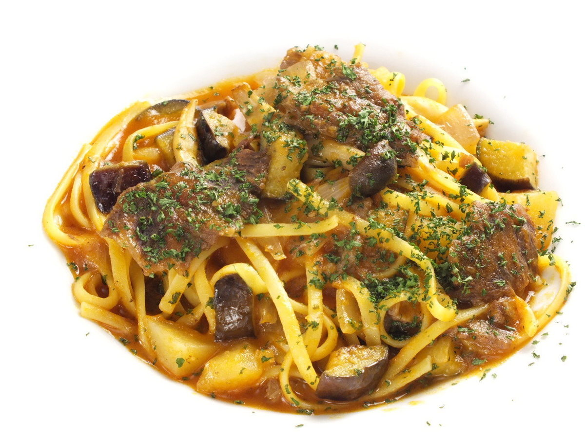 Cow cheek meat soft stew and vegetable tomato sauce Linguine pasta