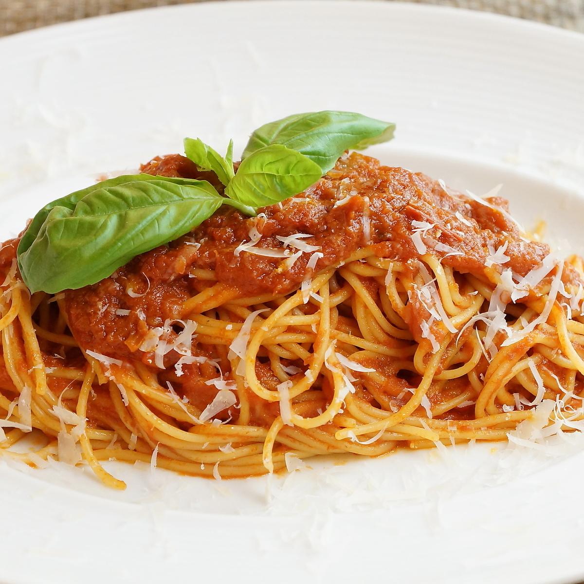 完熟トマトとバジルのシンプルなトマトソーススパゲッティ