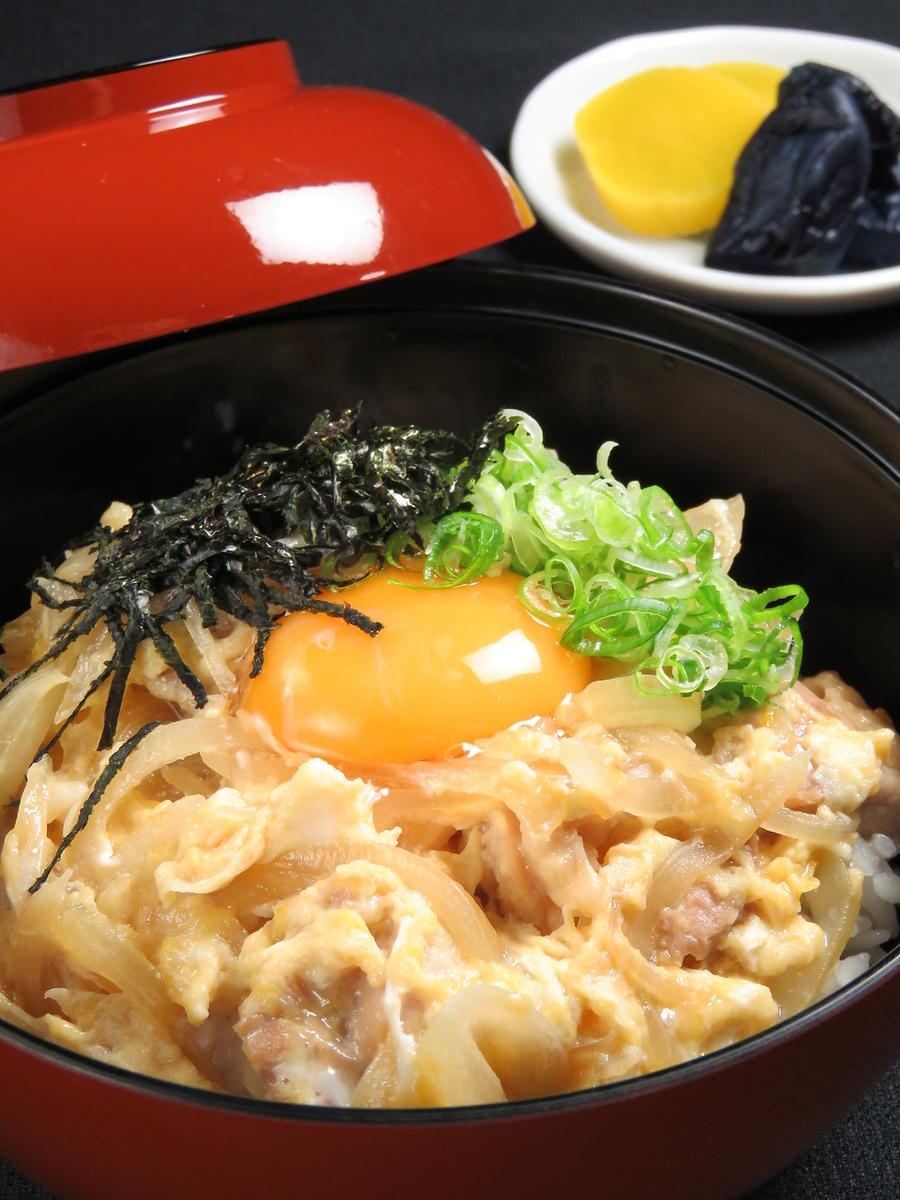 一碗米飯配上雞肉和雞蛋