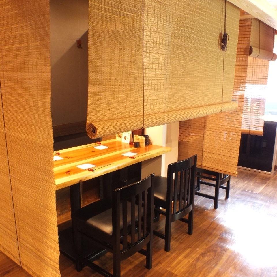 テーブル席は全て御簾で仕切る事が可能です。プライベート感満載のお席です!気の合う仲間とこだわりの焼き鳥をお楽しみ下さい。