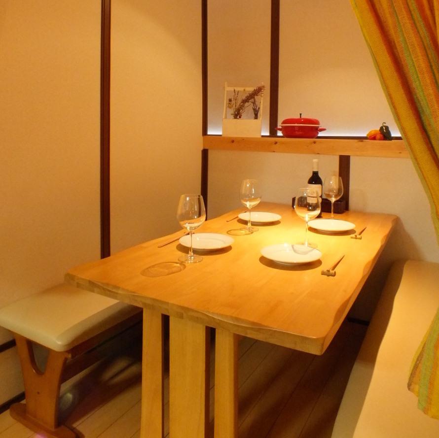 【人気の半個室席】半個室のボックステーブル席では、隣を気にせず気兼ねなくゆっくりとした時間を楽しめます!