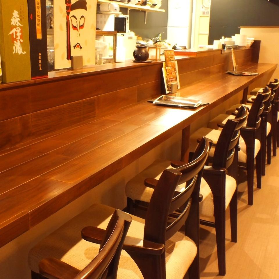 【2階】カウンター席・テーブル席・個室ございます。オープンキッチンから漂う料理のいい匂いが食欲をそそります♪