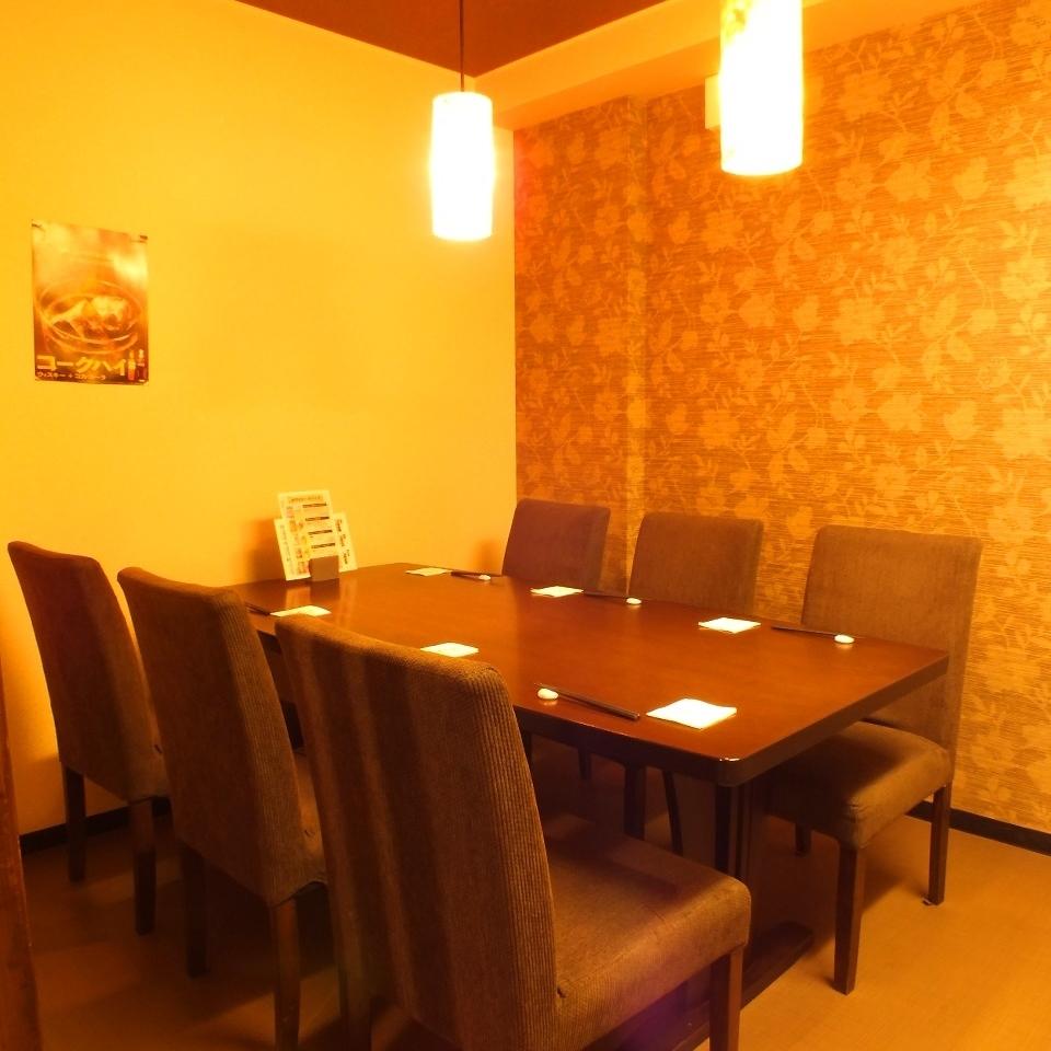 6名様まで収容可能なテーブル個室。小・中宴会、接待にもオススメ♪周りを気にせずゆったりとお食事して頂けます。