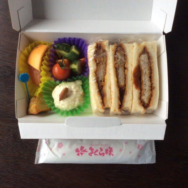 <さくら咲く特製カツサンド>1100円(税別)/味噌だれ、もしくはソースのどれか選択になります。