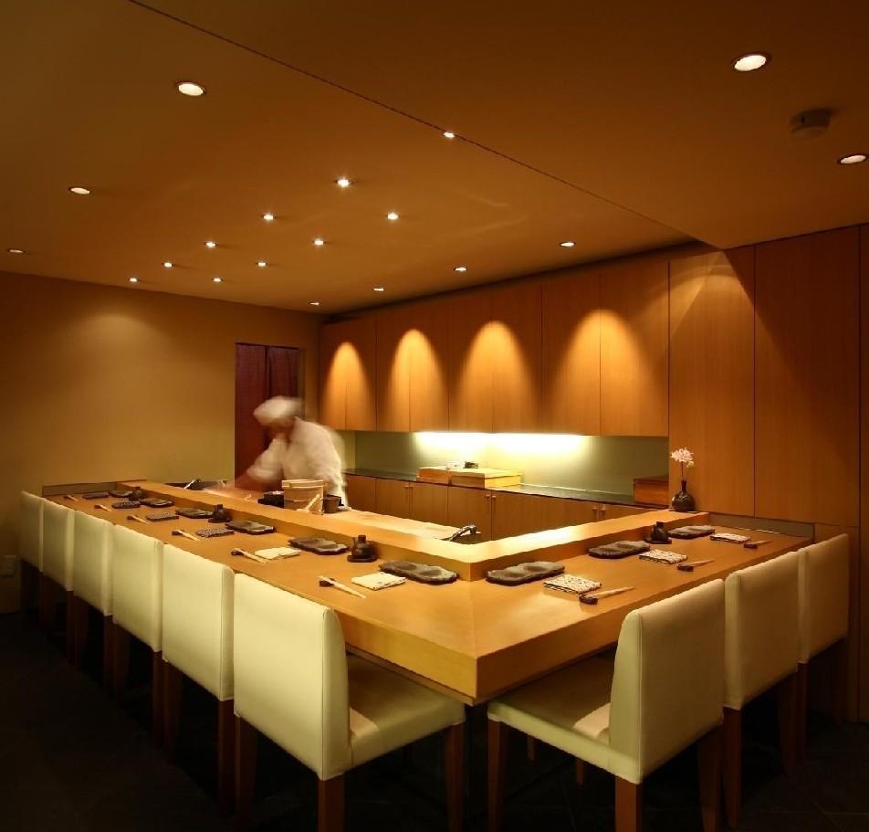 あこがれの雰囲気溢れるカウンター席。~銀座で優雅なひと時を~ 贅沢な味を、くつろぎの空間でお楽しみください。