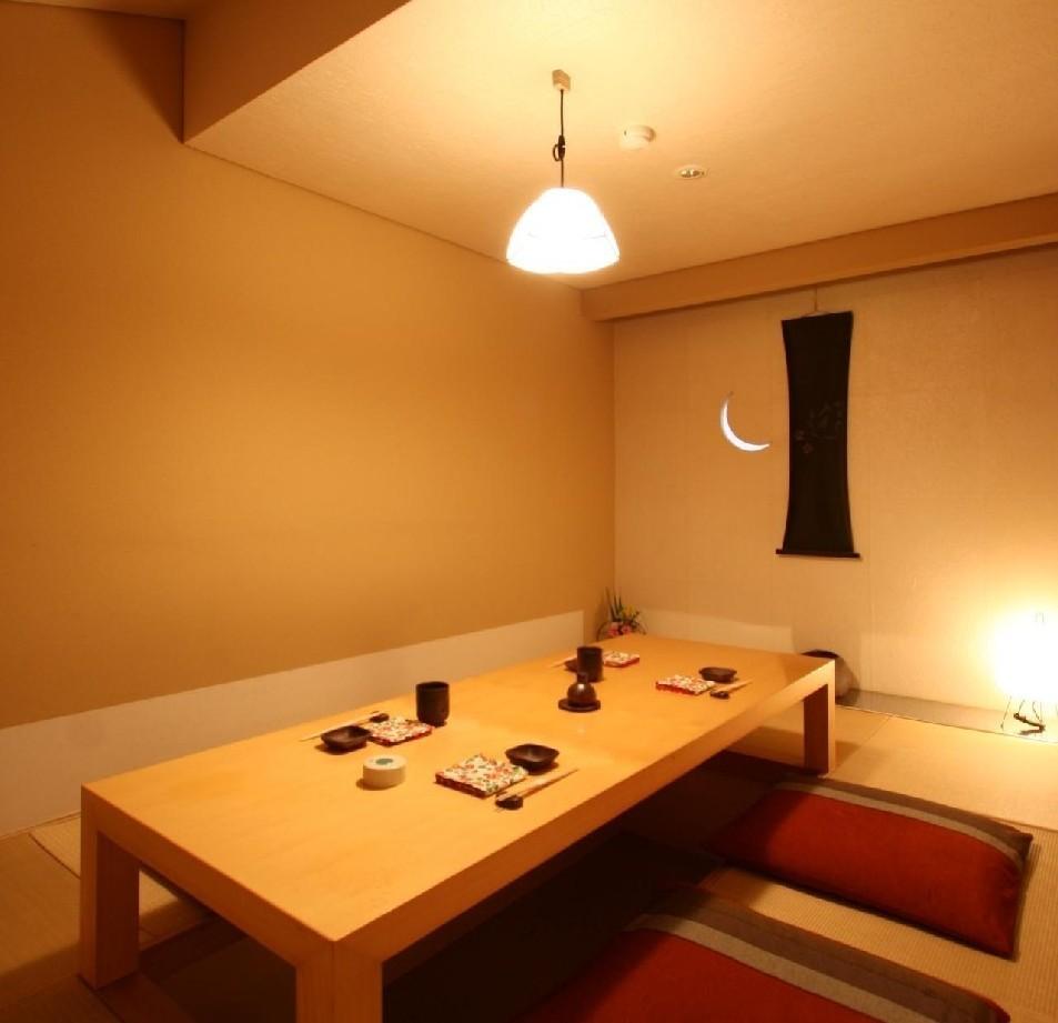 完全個室の堀り炬燵席は、土壁に浮かぶ月の光がなまめかしい人気のお部屋。接待や宴席に最適です。
