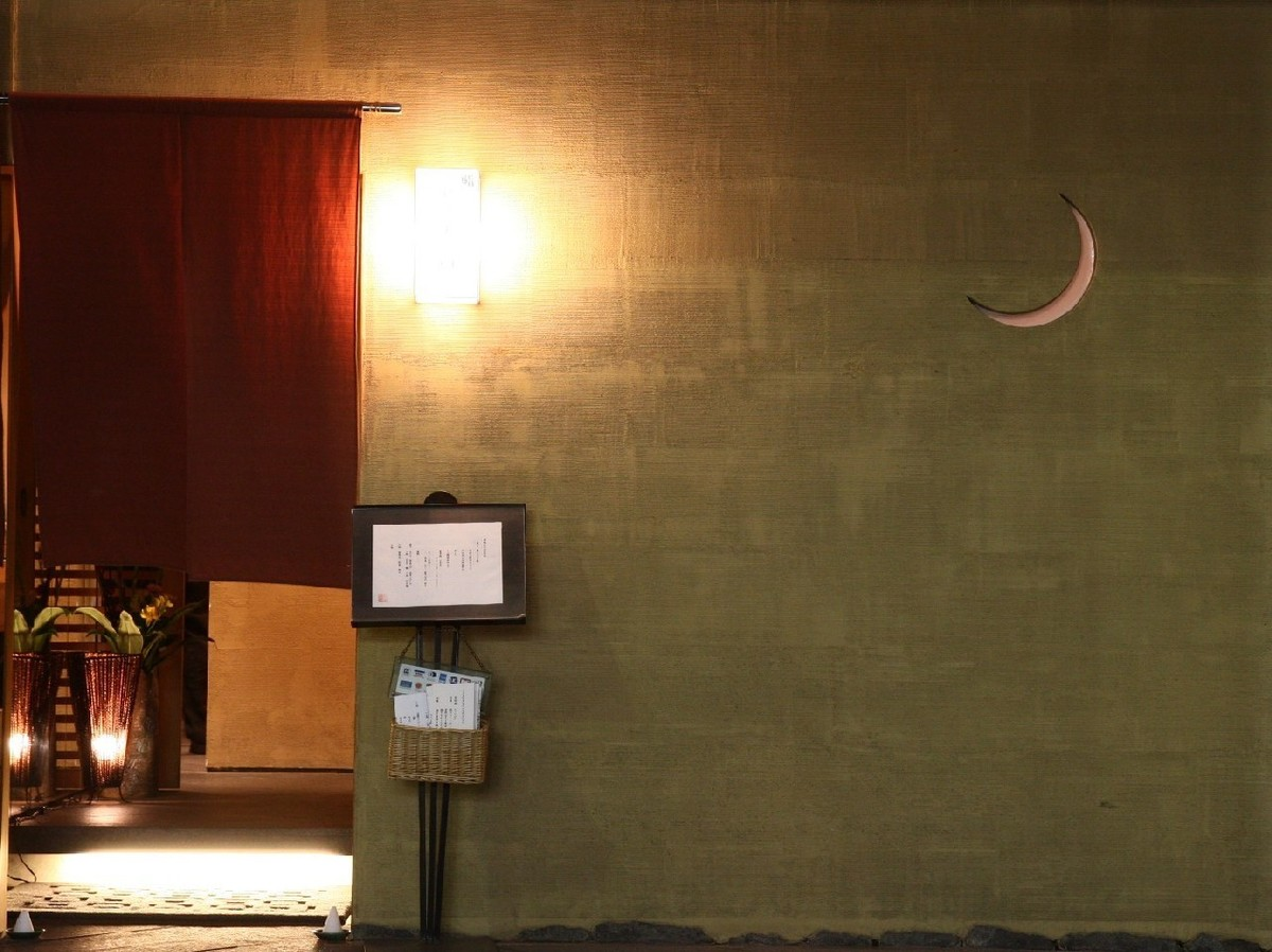 店前に浮かぶ、おぼろ月夜に魅せられて。熟練技が冴える握りの旨さに魅せられる…
