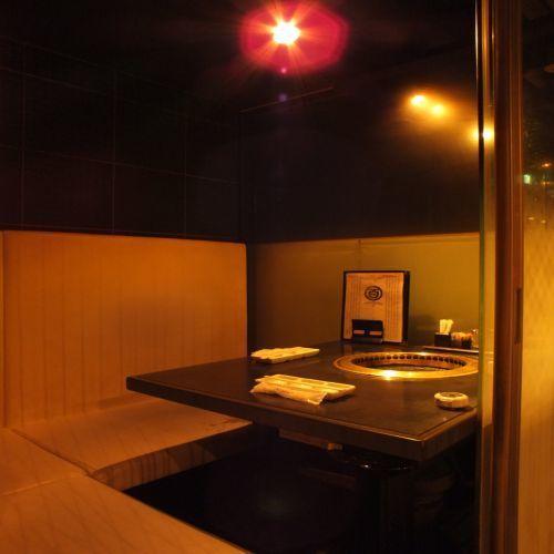 【ソファー席】デザイナーズのスタイリッシュな店内♪照明の切り替えで、違った雰囲気が感じられます★