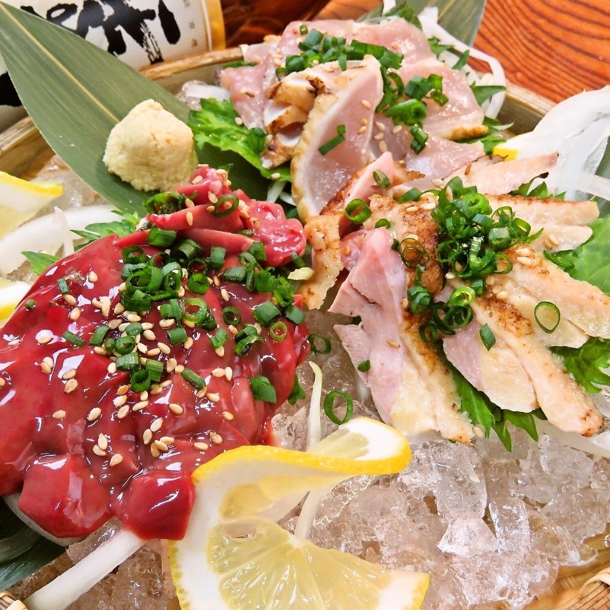 名物!!新鮮な【薩摩地鶏の鶏刺し】三点盛り(モモ・ムネ・レバー)1200円