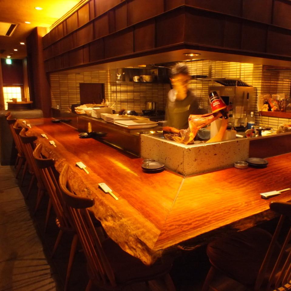 目の前で調理するカウンター席も人気♪デートや誕生日、記念日などにもご利用いただけます。ほのかな明かりに癒される空間…美味しい料理とお酒で二人だけの素敵な時間をお楽しみ頂けます♪