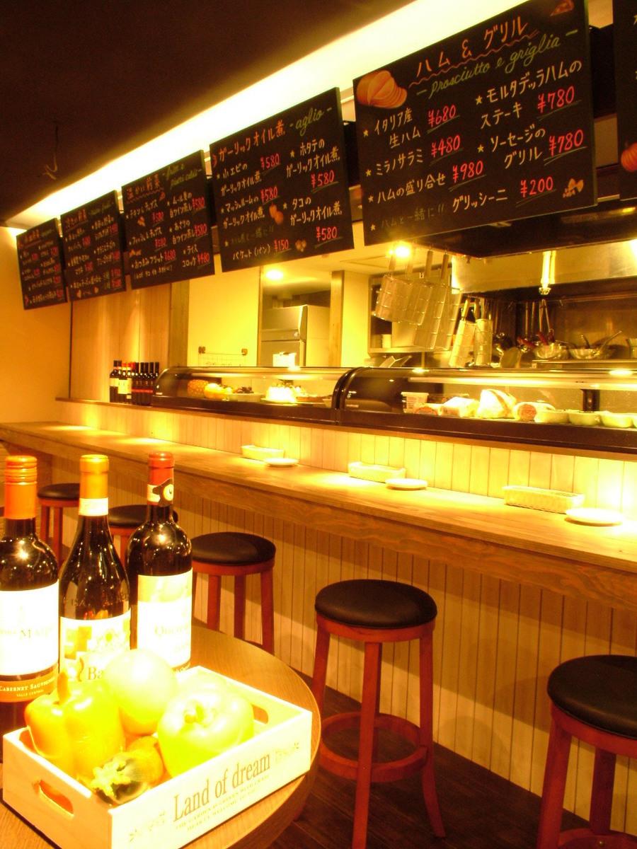 イタリア酒場をイメージした開放的な空間。ショウケースに並ぶお料理を、見て、ご注文いただけます。