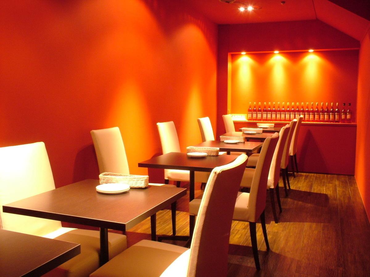 通称『カンパリ部屋』は、真っ赤なパーティールーム。10名から最大16名様までの個室です。