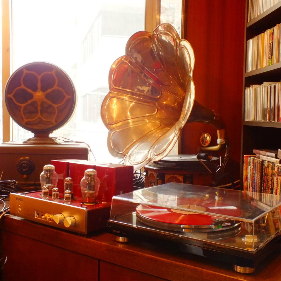 【持込OK!思い出のレコードを無料で再生します】100年以上前の貴重な蓄音機(ちくおんき)でレコードを聴くと、独特の厚い音やまるで生演奏のような心地良さが楽しめる貴重なお店。年代物の「真空管アンプ」や音響設備が充実!家で眠っているレコードはございませんか?