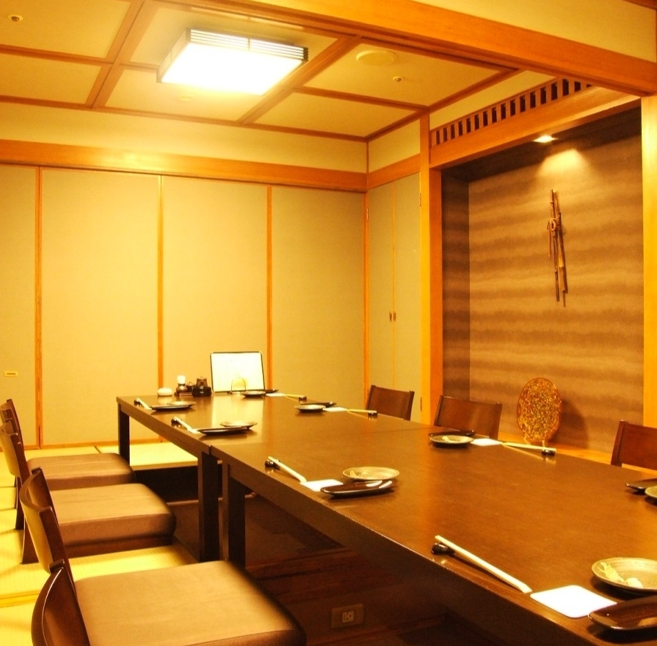 It is a fully-private room which is recommended for important seats such as company banquets and entertainment.You can enjoy it slowly without worrying around! Lunch also has a private room open.Private rooms that can be used widely, such as welcome party, pick-up party, girls' party, anniversary, birthday party, year-end party, new year party are popular!