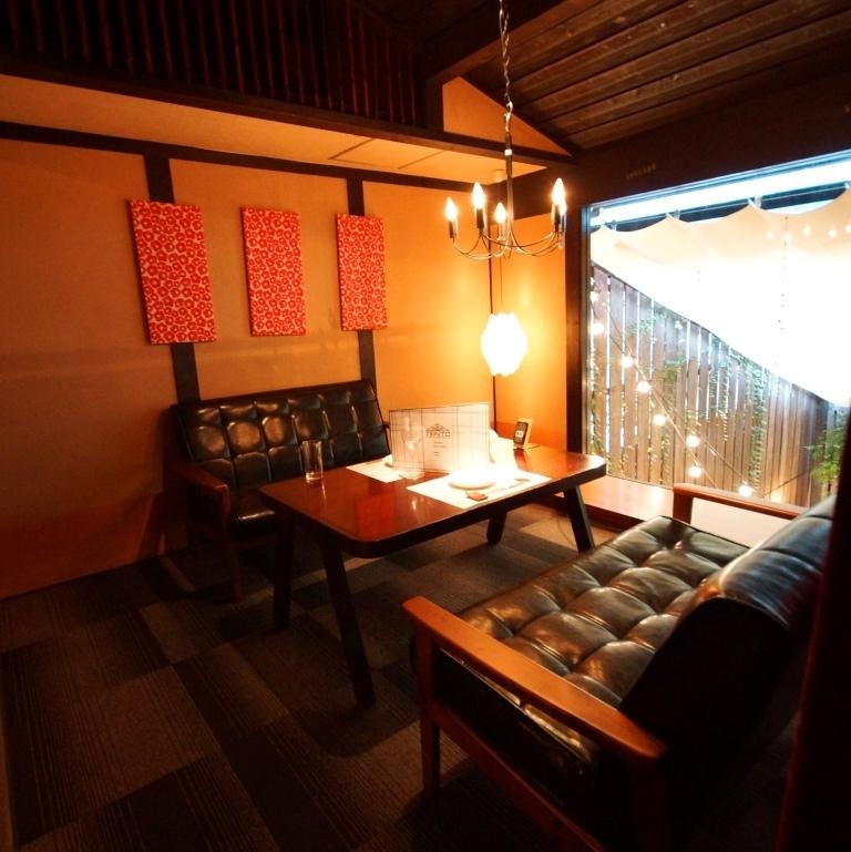 【2F】全面はめ込みガラスが開放感を醸し出すソファー個室。各種ご宴会には最大20名までご利用可能。