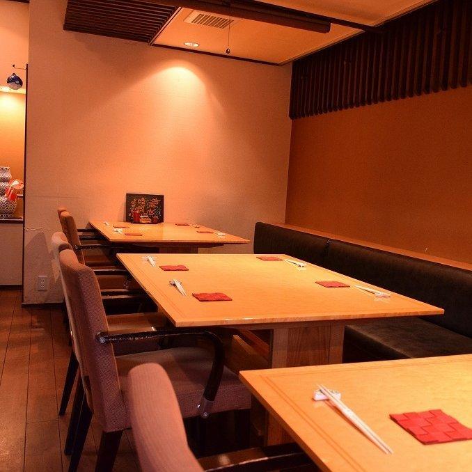 1階席【4名席×3】 各テーブルごとにロールスクリーンで仕切られていますので半個室としてご利用頂けます。また、仕切りを外す事によって4名席から12名席に広げられます。片側ベンチシートですから席数を増やす事が出来ます。最大1階フロアー貸切で18名様までのご利用が可能です。