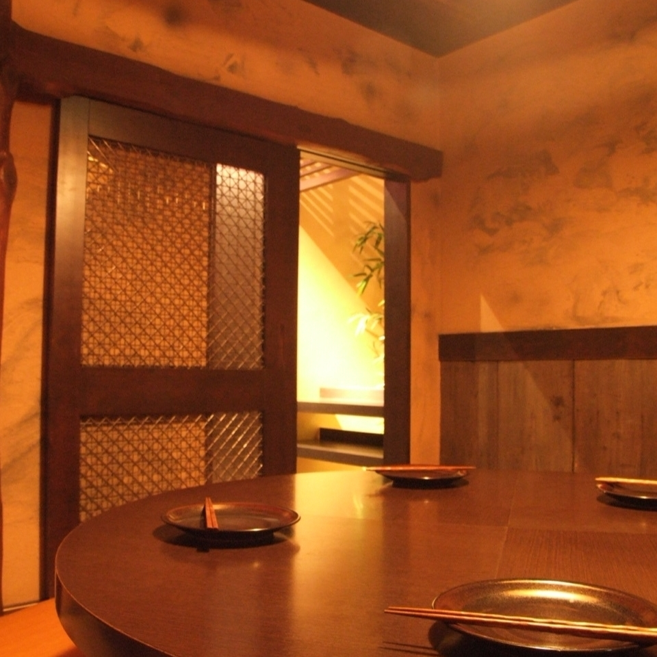 一体感のある円卓個室。部屋はひとつひとつ違う造りに。