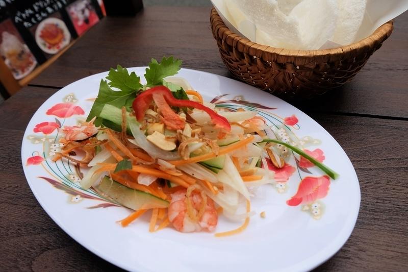 莲花茎和虾沙拉