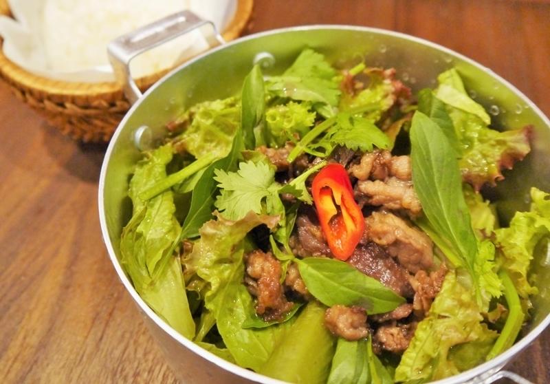炒牛肉和越南草药绿色沙拉