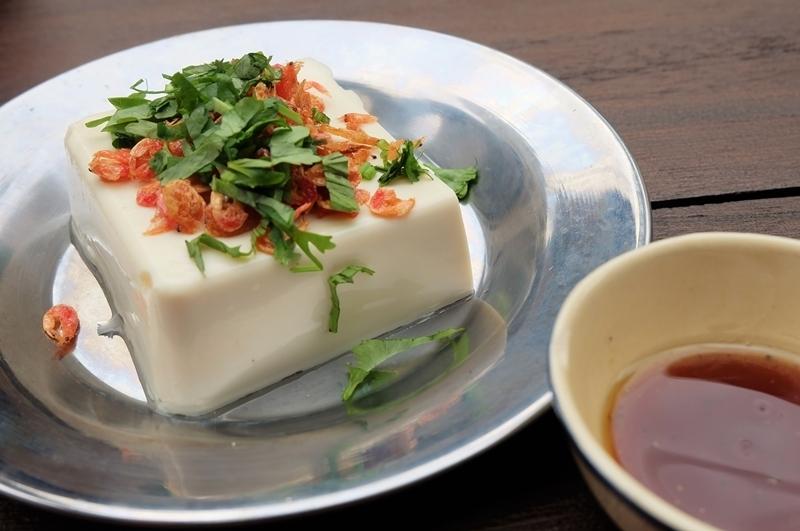 将酥脆Sakuraebi和凉拌豆腐的香菜