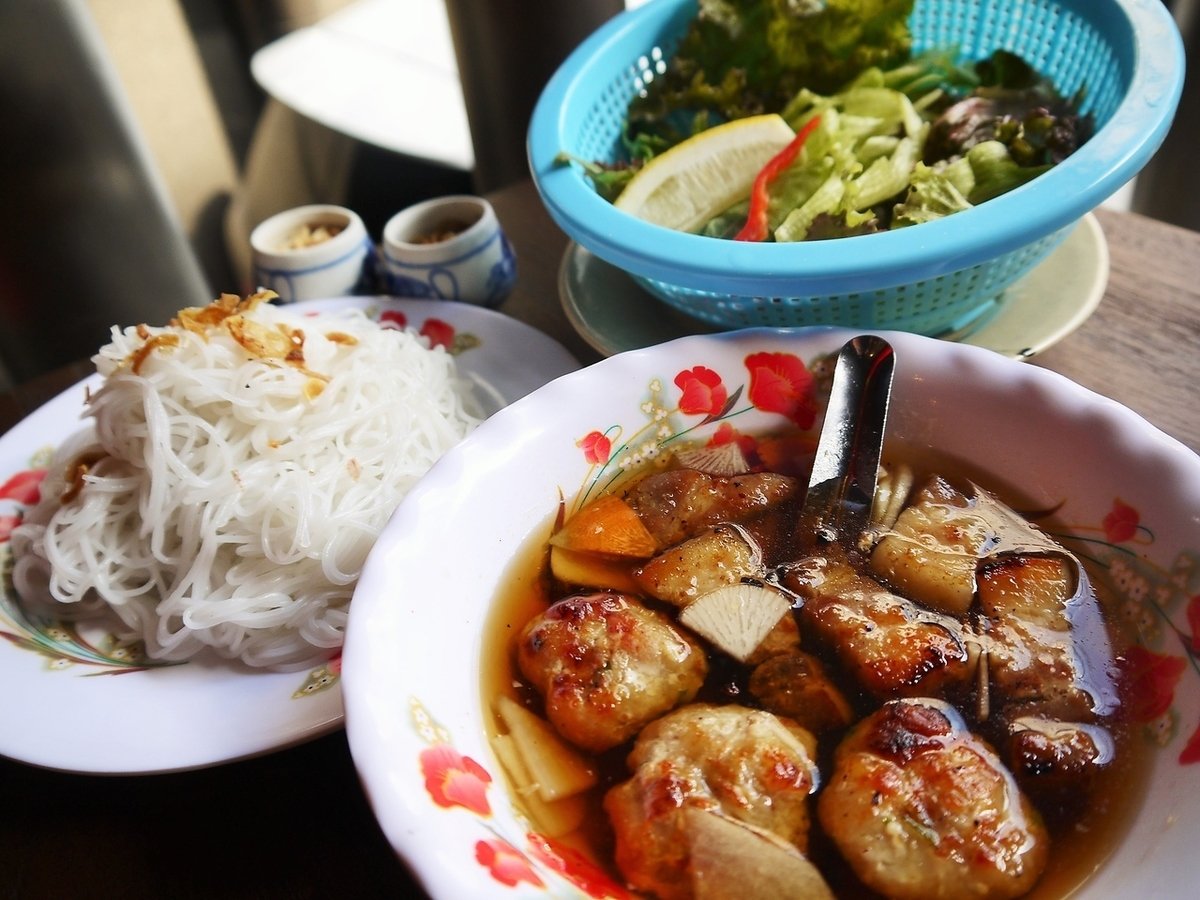 Buncha(面条肉丸和猪肉的混合组合和炸春卷)