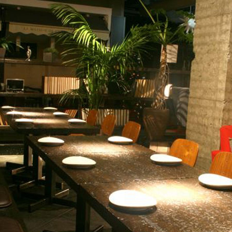 在晚餐时段,您可以享用鸡尾酒,饮料和西式菜肴,如酒。
