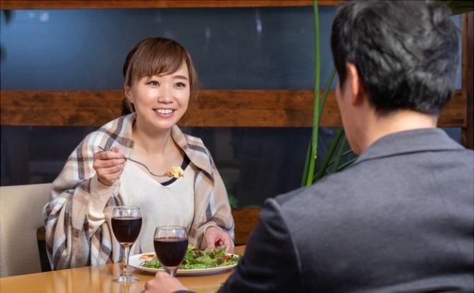 彼氏持ちの女性が他の男性とサシ飲みする心理とは?