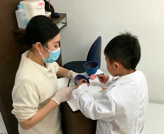 内覧会で子どもたちに歯科医院の職業体験をしていただく様子