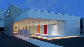 町のシンボルとして根付く 七色の歯科医院