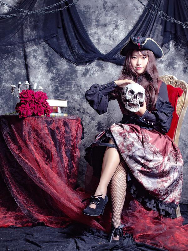 ゴージャスで華やかな黒×赤コーデ!