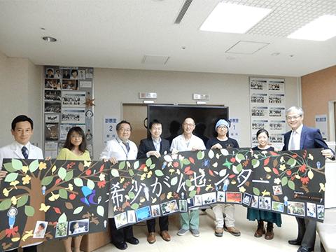 写真5:タペストリーを国立がん研究センター希少がんセンターに贈呈(11月7日)