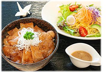 十勝地方の名物「豚丼」と、北海道発祥の「ラーメンサラダ」