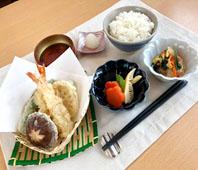 夜の献立:ごはん、天ぷら、天つゆ、炊き合わせ、春雨サラダ